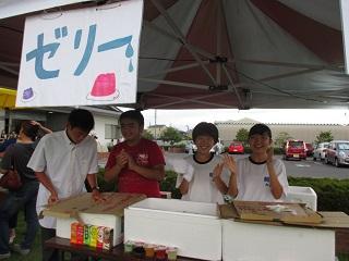 食品販売の中学生