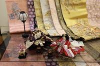 おひなさま ~後ろにお雛様衣装にする生地を飾ってみました~ 帯・京友禅・西陣織金襴