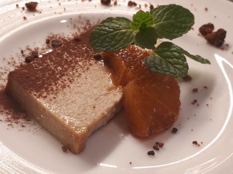 デザートにかかっている茶色いカリカリ アマレッティも手作りしてます