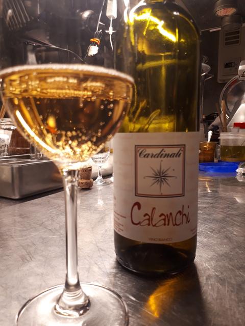 微発泡の白ワインを飲みながら前菜を