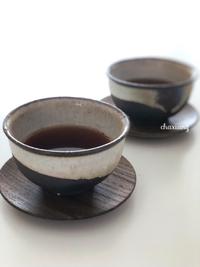 工房やすさんの豆皿と普洱熟茶