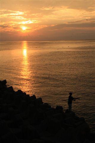 日本海の穏やかな夜明け