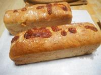 チアシードとチーズの食パン。ベリーのライ麦パン。