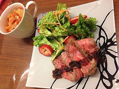 ローストビーフ with いちごのサラダ