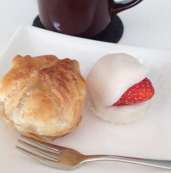 三河屋さんのいちご大福とリンゴ餅パイ(豊田市)