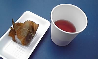 八日市で桜餅を無料振る舞い!