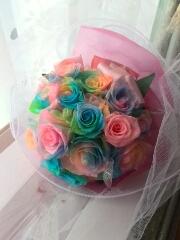 ロマンティックなプリザレインボーローズのブーケ風花束