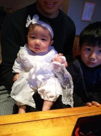 白い可愛いドレスで親子三代お食い初めの御祝い