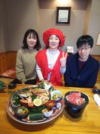 豊田市より還暦祝いで赤いちゃんちゃんこ着て個室で記念撮影