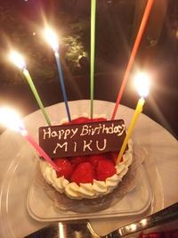 サプライズのお誕生日ケーキに感激して涙がポロリ
