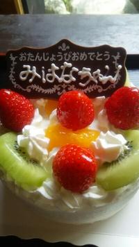 一歳のお誕生日祝いに可愛いデコレーションケーキでHAPPYbirthday!