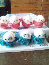 編みぐるみのインコ