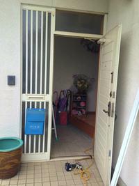 玄関ドアに網戸取付