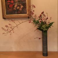 季節のお花でお客様をお出迎えします