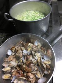 メニューにはありませんが、アサリと野菜のスープ作りました。