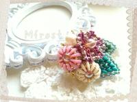 ビーズステッチで編む花のブローチ