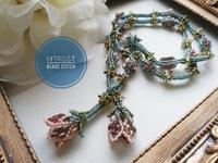 マルチホールビーズとヘリンボーンステッチで編むお花のネックレス