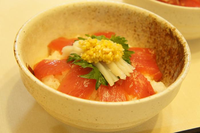 スイッチ!でチャンカワイが絶賛した「白い発芽ニンニクの薬味」のマグロ漬け丼をドン!