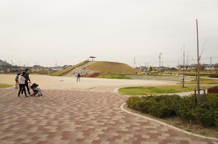 展望台と広い運動場が魅力、芝生ですべり台遊びも【浄水公園】豊田市浄水町