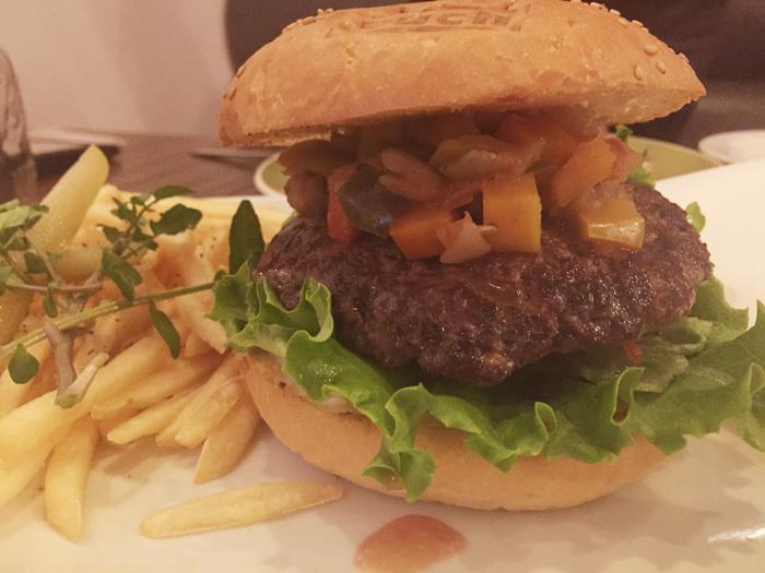 アメリカンカフェ&バーで巨大なハンバーガーを!豊田市美術館近く「each イーチ」にて!