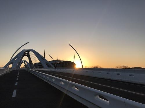 豊田大橋の西側から見た豊田スタジアムと朝日