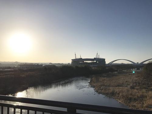高橋から見た豊田大橋と豊田スタジアム、朝日