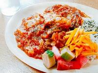 チキンのトマトカレー煮込みとピクルス