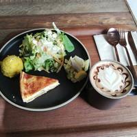 1月7日オープンのカフェ【Coffee Likes(コーヒーライクス)】のキッシュプレートとラテアート(豊田市)