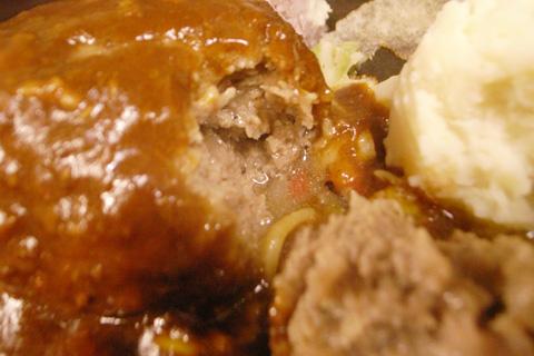 肉汁たっぷ〜り!UCHI(モンストロバーベキュー)のハンバーグ。