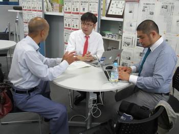 デザインアドバイザー稲波と資料のデザインディレクションについて相談・明勇産業・川上さん