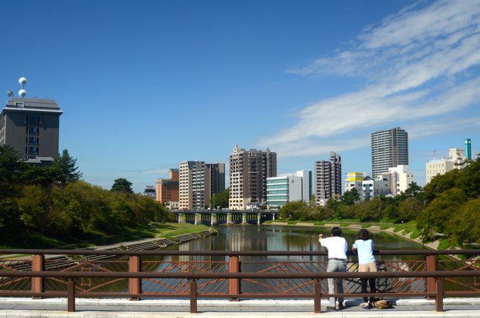 乙川に架かる明代橋から望む岡崎城と水辺の景観
