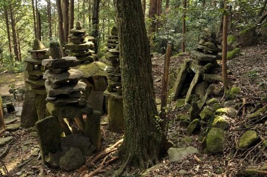 不思議な形の石塔(八面塔)