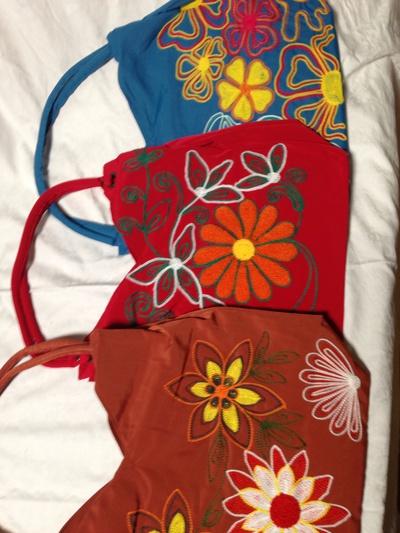 手作り刺繍バックが増えました!