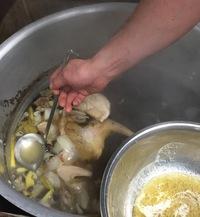 フォーのスープを作ります。