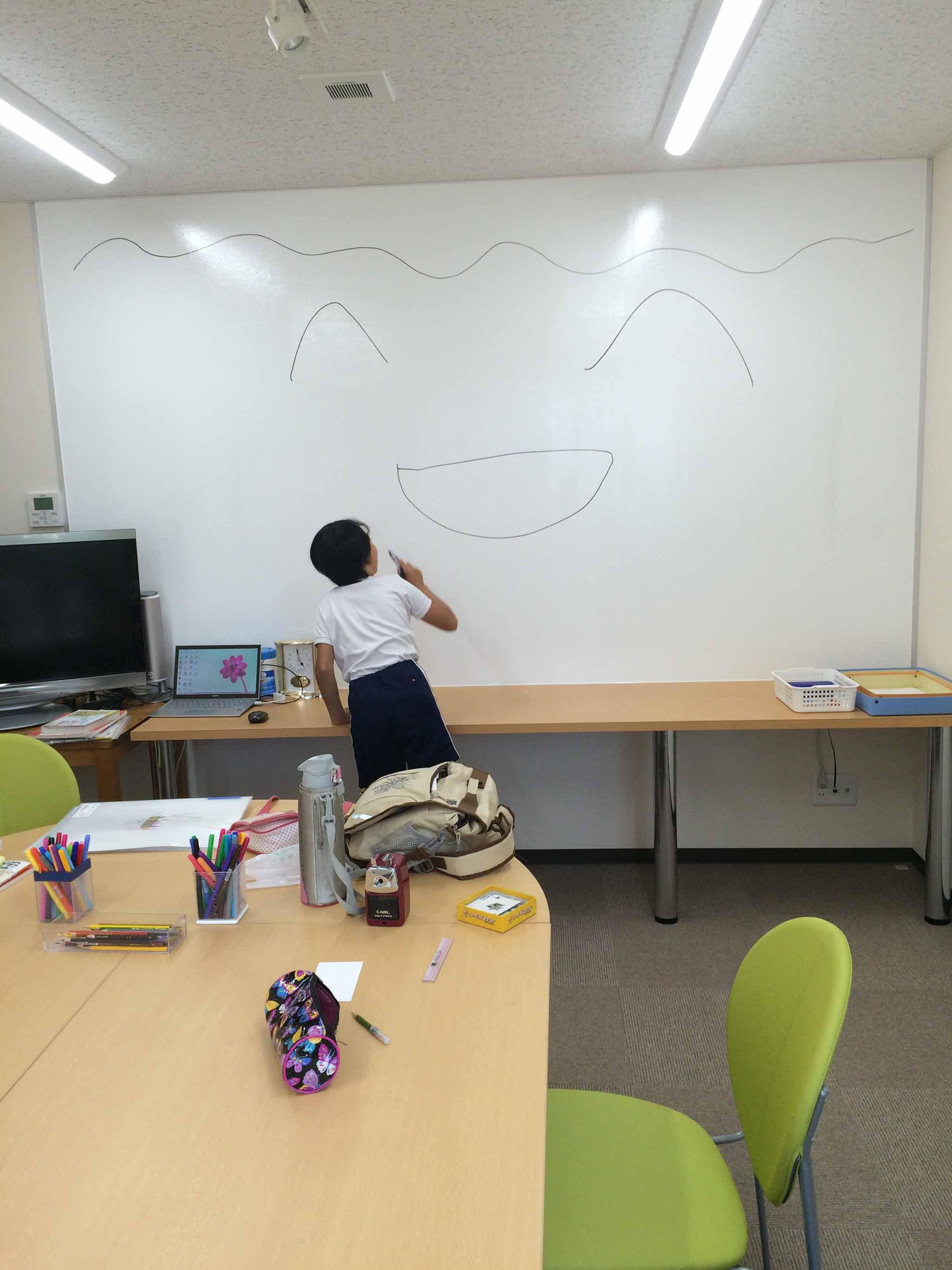 今週の教室より~壁一面をホワイトボードにしちゃえ大作戦!?