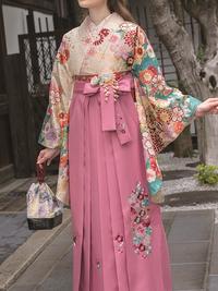 薄いクリームに青緑挿し色古典柄の袴用着物&ピンク袴