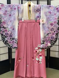 卒業式袴カタログ 白しぼり花柄着物物&ピンク刺繍はかま