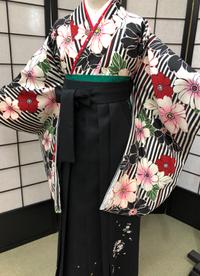卒業式袴カタログ 黒白赤の花柄着物&黒刺繍はかま