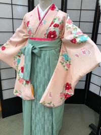 卒業式袴カタログ ピンク花柄着物&薄いグリーン(うぐいす色)はかま