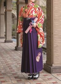 卒業式はかまカタログ:赤白地に花柄着物&紺刺繍入り袴