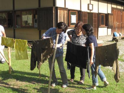 体験プログラム「秋の草木染め」を実施しました!