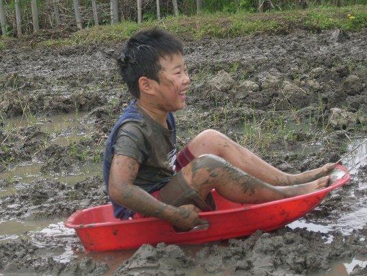 泥んこ遊びのあとはドラム缶風呂でサッパリ!