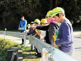 ホタルのすみやすい環境を探れ!美合小学校ホタル飼育部が来校