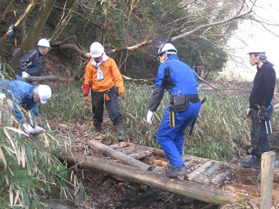 間伐材で「於御所(おごそ)橋」を架け替えました!