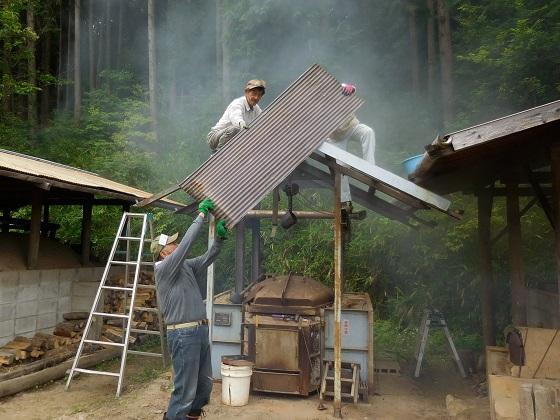 炭焼き小屋の屋根が新しくなりました!