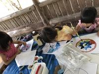 塗り絵をする子どもたちを見ながら考える