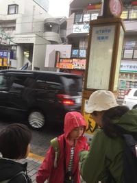 『降車場』でバスを待つ