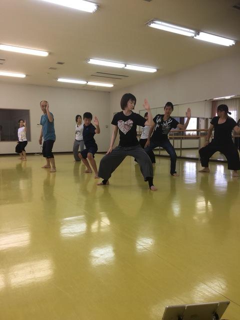 壁際でダンス