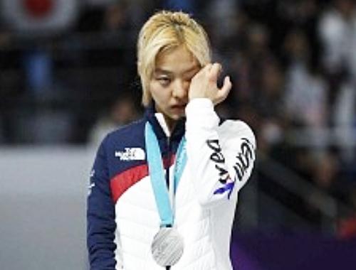 女子マススタート、銀メダル獲得でも笑顔なし