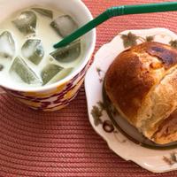 抹茶ラテとコーンパン